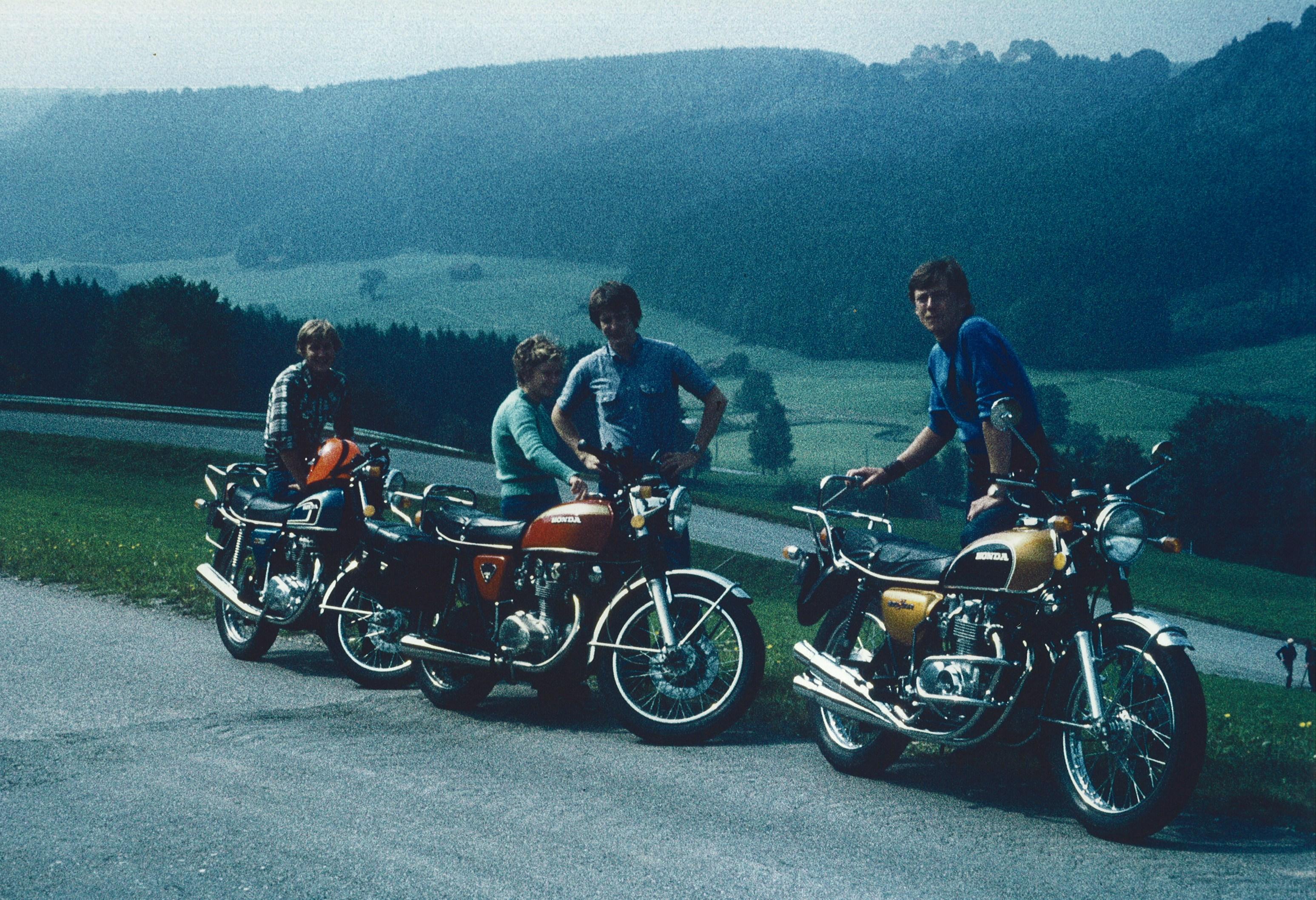 Klicke auf die Grafik f�r eine gr��ere Ansicht  Name:1974-Drei Motorradfahrer-klein.jpg Hits:408 Gr��e:1,79 MB ID:135851