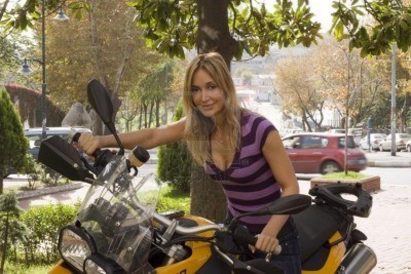3802336-junge-schone-frau-auf-einem-schnellen-motorrad.jpg