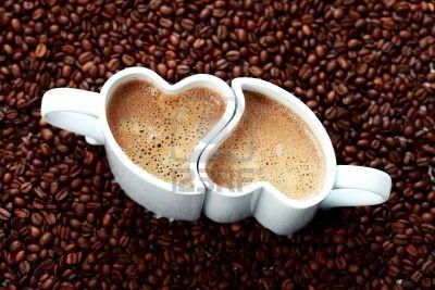 7933958-2-tassen-kaffee-form-herz-und-kaffee-bohnen-kaffee-zeit.jpg