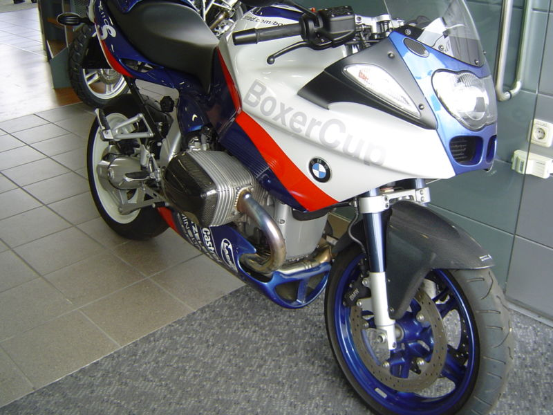 800px-bmw_r_1100_s_boxer_cup_replica.jpg