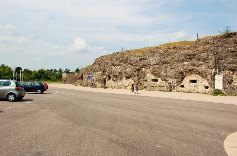 Name:  Fort de Vaux. Wo fr�her gek�mpft wurde, ist heute ein Parkplatz..jpg Hits: 559 Gr��e:  64,3 KB