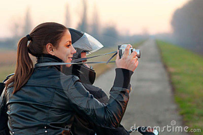 h-u00fcbsches-m-u00e4dchen-das-natur-vom-motorrad-fotografiert-23955135.jpg