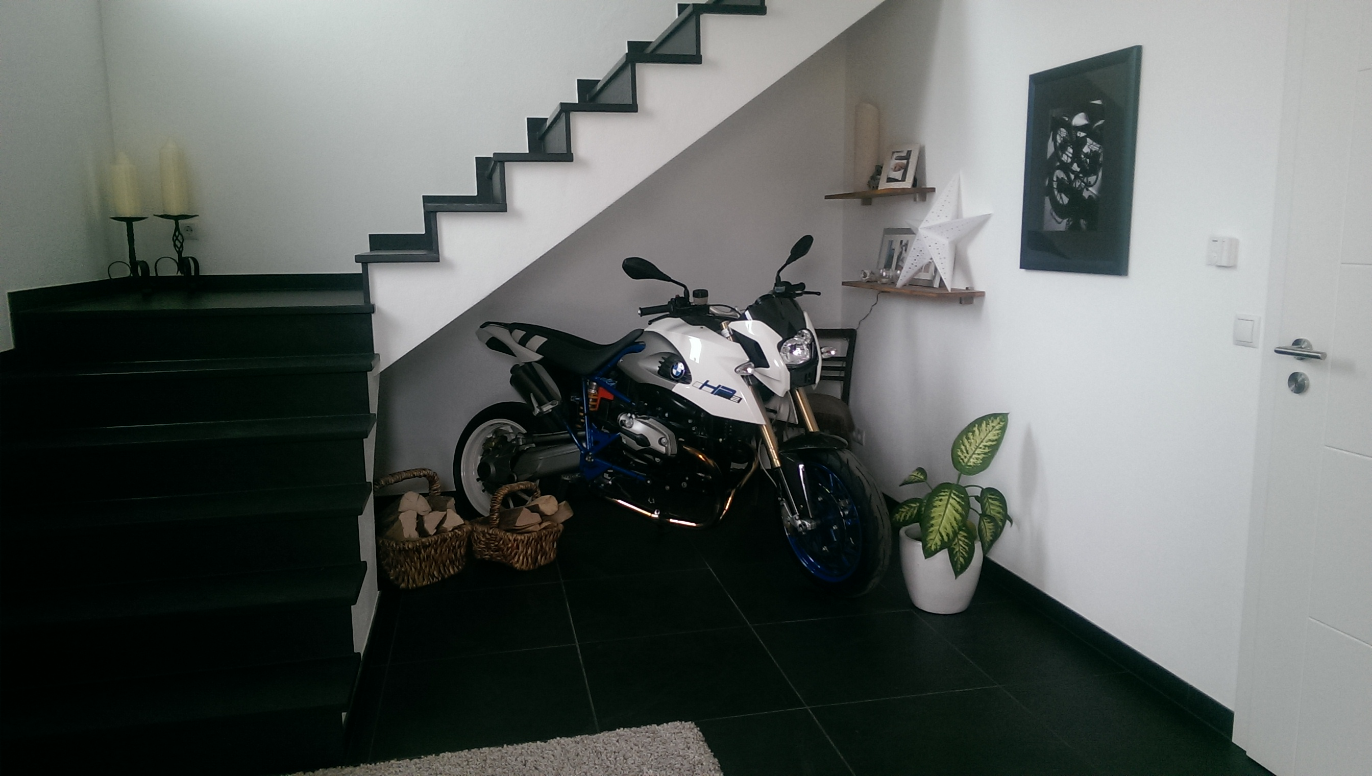 motorrad im wohnzimmer home image ideen. Black Bedroom Furniture Sets. Home Design Ideas