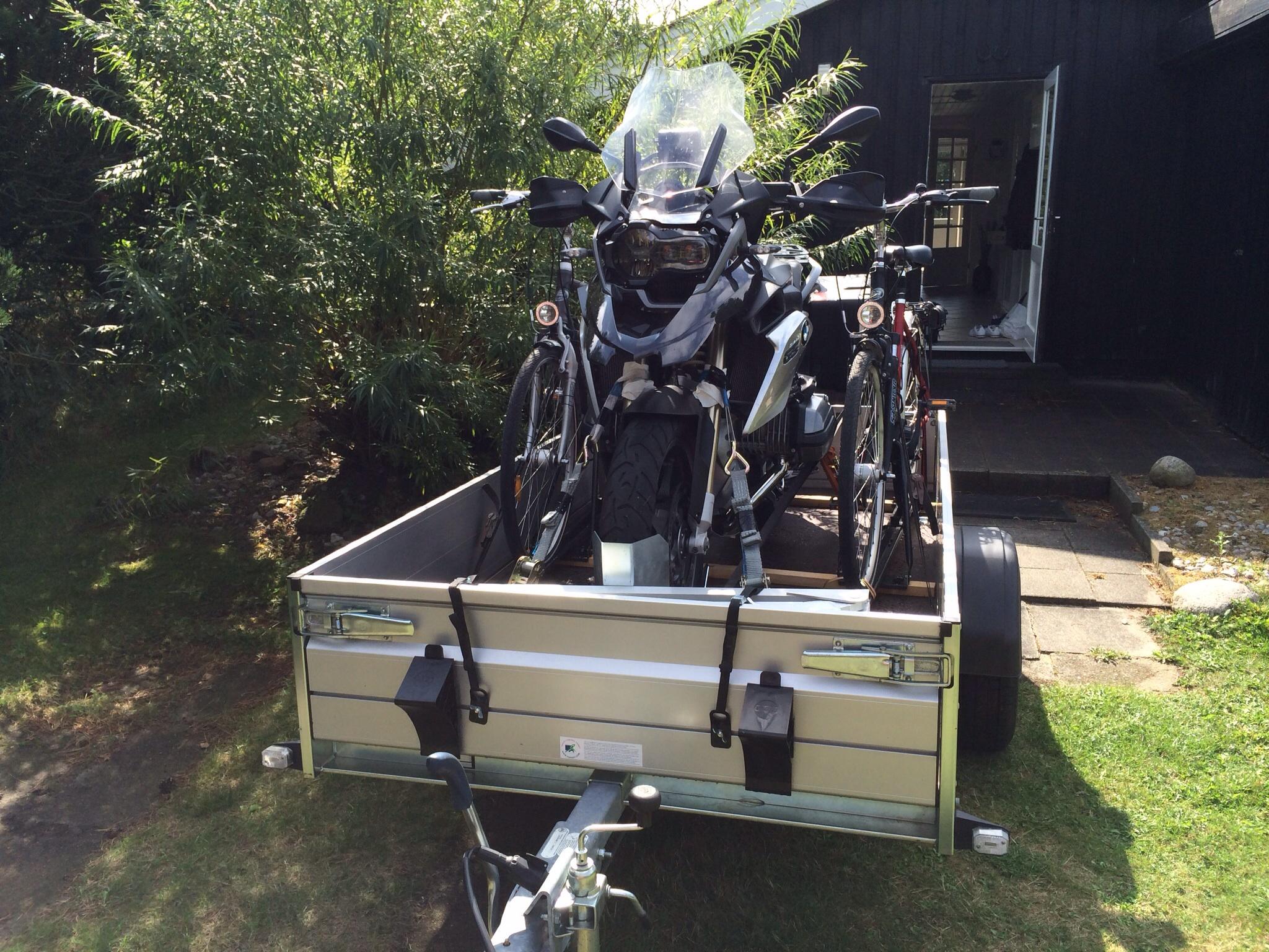 Motorrad und fahrr der auf einem anh nger seite 2 for Reihengarderobenstander gebraucht