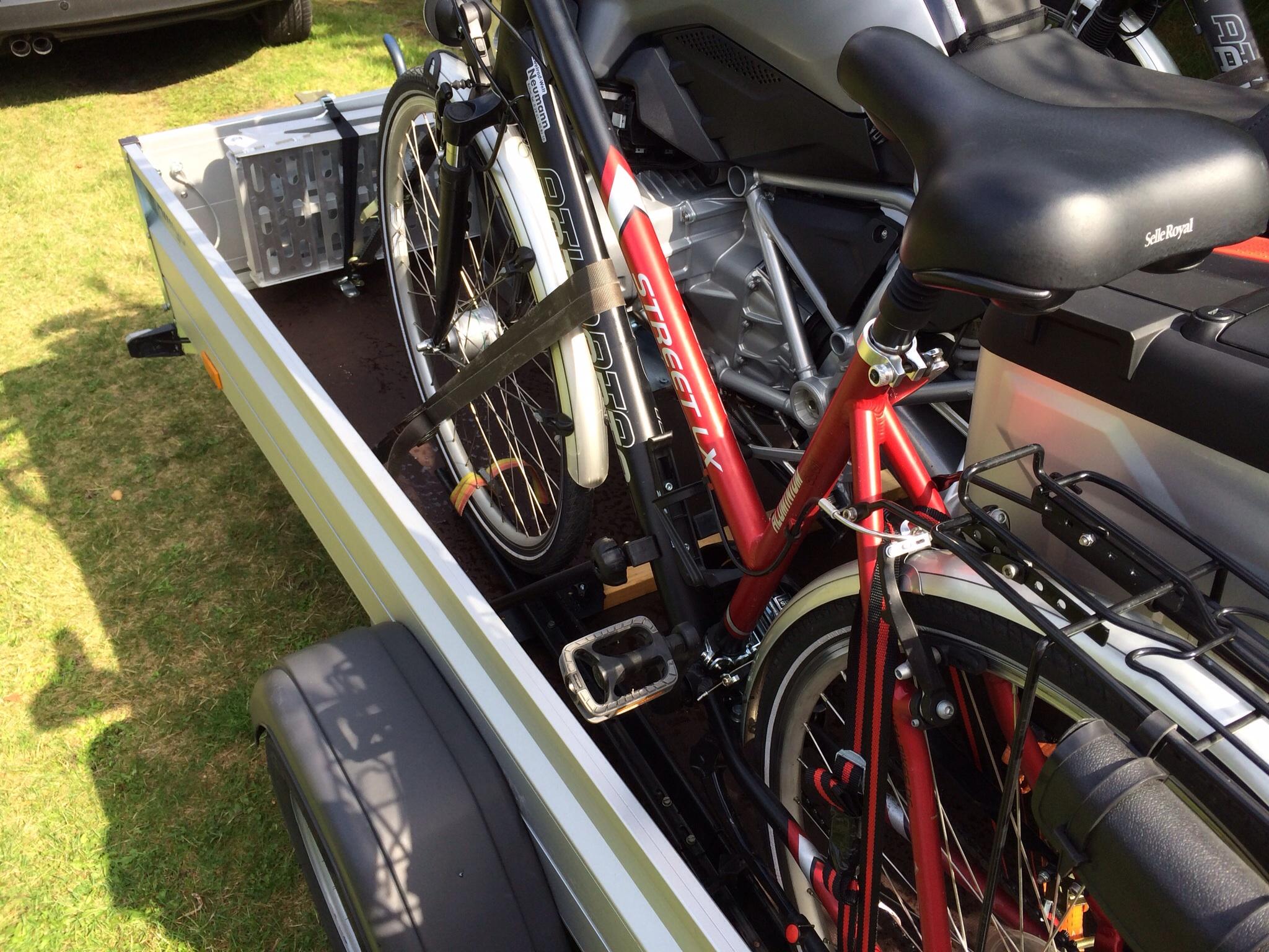 motorrad und fahrr der auf einem anh nger seite 2. Black Bedroom Furniture Sets. Home Design Ideas