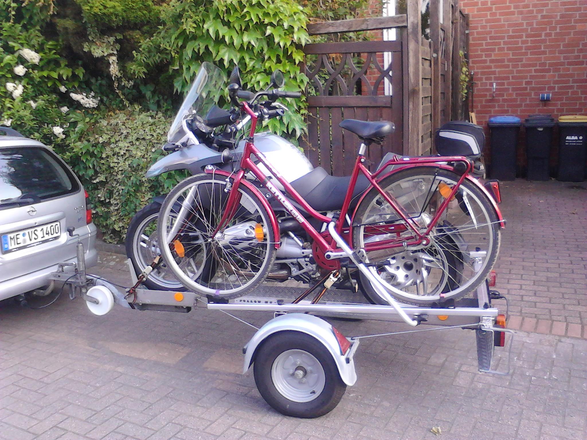 motorrad und fahrr der auf einem anh nger