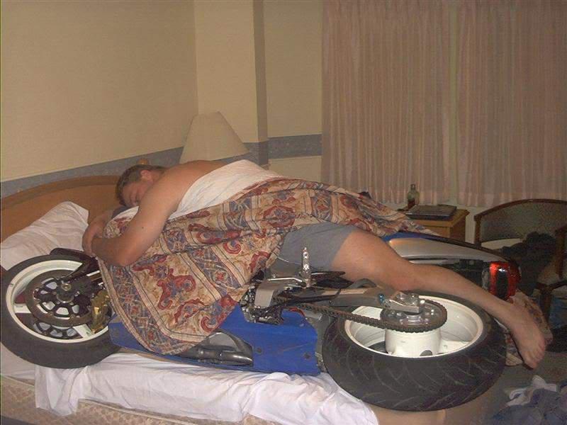 mann-im-bett-mit-motorrad.jpg