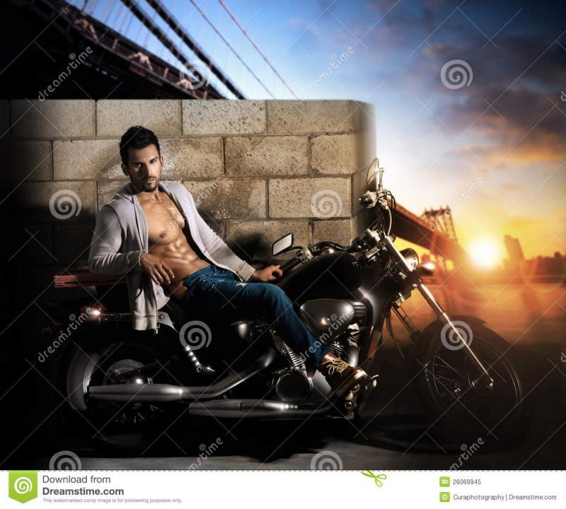 reizvoller-mann-auf-motorrad-26069945.jpg