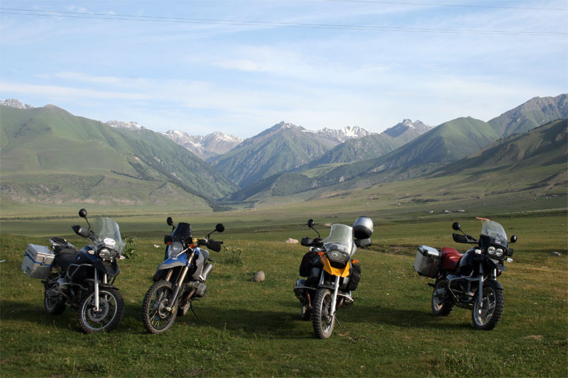 scenic-view-mit-mopeds-auf-.jpg
