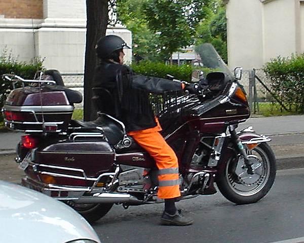stilbruch-muellmann-auf-motorrad.jpg
